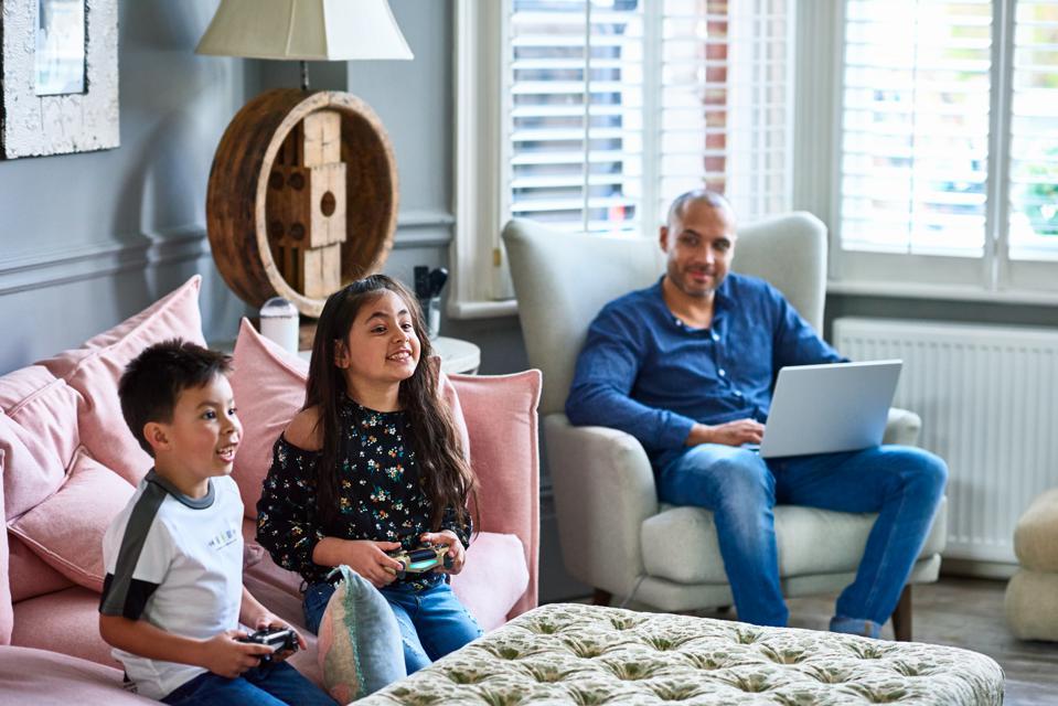 Lavorare, imparare e giocare da casa significa dispositivi che si sovrappongono…e minacce.